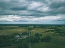 imagen del abejón vista aérea de la zona rural con las casas y el und de los caminos Fotos de archivo