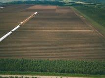 imagen del abejón vista aérea de la zona rural con los campos del devel del césped Fotos de archivo