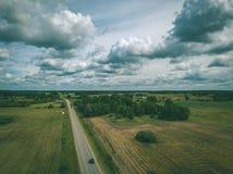 imagen del abejón vista aérea de la zona rural con los campos y el netw del camino Fotografía de archivo