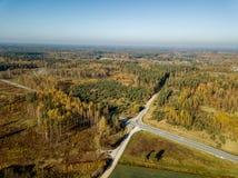 imagen del abejón vista aérea del empalme del tráfico en countrysi del otoño fotografía de archivo