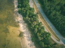 imagen del abejón vista de la orilla de mar Báltico con las rocas y delantero aéreos Foto de archivo