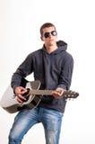 Imagen del adolescente en ropa, la sudadera con capucha y gafas de sol negras que es Fotos de archivo