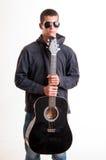 Imagen del adolescente en ropa, la sudadera con capucha y gafas de sol negras que es Fotos de archivo libres de regalías