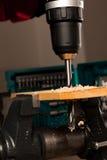 Imagen del agujero de perforación en la madera afianzada con abrazadera en vice herramienta Foto de archivo