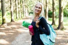 Imagen del atleta de sexo femenino con la manta Foto de archivo libre de regalías