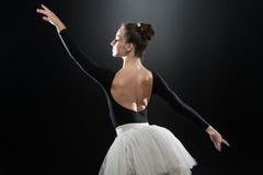 Imagen del baile lindo flexible de la bailarina en estudio Foto de archivo