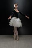 Imagen del baile lindo flexible de la bailarina en estudio Imagen de archivo