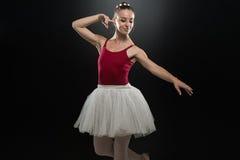 Imagen del baile lindo flexible de la bailarina en estudio Fotografía de archivo libre de regalías