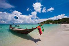 Imagen del barco de la cola larga en la playa tropical Isla del PE del li de Ko Agua clara y cielo azul con las nubes horizontal Imagen de archivo