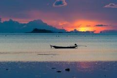 Imagen del barco vacío de la cola larga en la playa tropical en la puesta del sol Isla del PE del li de Ko Agua clara y cielo azu Imagen de archivo