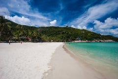 Imagen del barco vacío de la cola larga en la playa tropical Isla del PE del li de Ko Agua clara y cielo azul con las nubes horiz Fotografía de archivo libre de regalías
