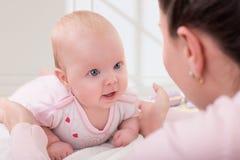Imagen del bebé feliz con la madre Imágenes de archivo libres de regalías
