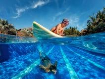 Imagen del bebé que practica surf ondas Imagen de archivo libre de regalías