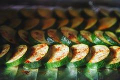 Imagen del calabacín verde oscuro del corte cubierto con las especias en proces foto de archivo libre de regalías