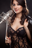 Imagen del cantante con el micrófono del estudio Imagen de archivo