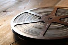 Imagen del carrete viejo de la película de 8 milímetros sobre fondo de madera Imagen retra del estilo Imagen de archivo