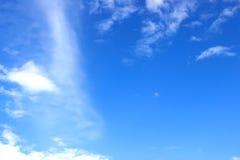 imagen del cielo azul claro y de las nubes blancas el tiempo del día para el uso del fondo Imagenes de archivo
