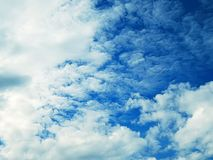 Imagen del cielo azul con las nubes sangrientas Fotos de archivo