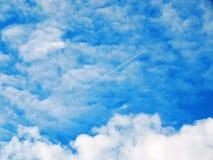 Imagen del cielo azul con las nubes sangrientas Imagen de archivo libre de regalías
