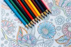 Imagen del colorante de la mujer, tendencia adulta del libro de colorear, para la tensión r Imagenes de archivo