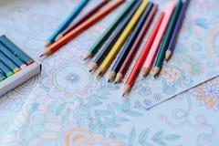Imagen del colorante de la mujer, tendencia adulta del libro de colorear, para la tensión r Foto de archivo libre de regalías