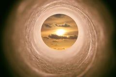 Imagen del concepto de ver la luz en el extremo del túnel sci fi o misterio, tonos del vintage foto de archivo