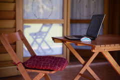 Imagen del concepto del trabajo del nómada con el ordenador en la tabla de madera y la luz del sol Imágenes de archivo libres de regalías