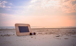 imagen del concepto del viaje de la pizarra y de los sandglass para i creativo Fotografía de archivo