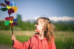 Imagen del concepto del niño feliz que juega con el molino de viento en Holanda imágenes de archivo libres de regalías