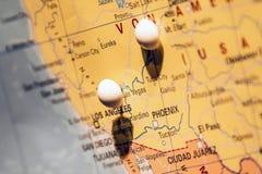 Imagen del concepto del viaje del mapa del mundo con muchos pernos de los pasadores en la costa oeste los E.E.U.U. Las Vegas foto de archivo