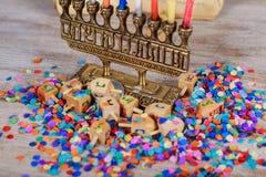 Imagen del día de fiesta judío Jánuca con el top de giro de madera del dreidel en el fondo del brillo fotos de archivo