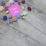 imagen del día del ` s de la tarjeta del día de San Valentín del ` s de 2018 años Grupo de flores en la madera Concepto del día d Fotos de archivo