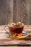 Imagen del derramamiento del té negro Fotos de archivo libres de regalías