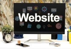 Imagen del desarrollo del sitio web en la exhibición del monitor con los iconos Fotos de archivo