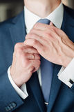 Imagen del detalle de la moda de llevar del novio Imagen de archivo libre de regalías