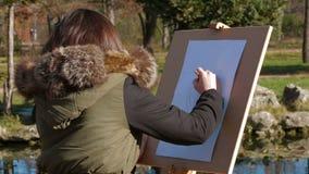 Imagen del dibujo de la chica joven en parque almacen de metraje de vídeo