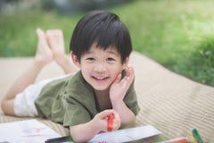 Imagen del dibujo del niño con el creyón Imagenes de archivo