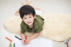 Imagen del dibujo del niño con el creyón Imagen de archivo