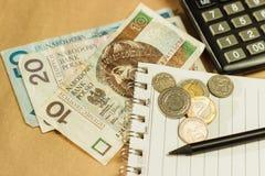 Imagen del dinero y de una calculadora Imagen de archivo