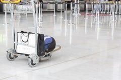 Imagen del editorial de Documantary Equipaje con las maletas, mujer no identificada que camina en el aeropuerto, estación del aer Fotografía de archivo