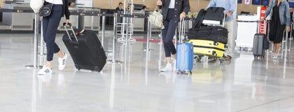 Imagen del editorial de Documantary Equipaje con las maletas, mujer no identificada que camina en el aeropuerto, estación del aer Foto de archivo libre de regalías