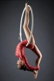 Imagen del ejecutante flexible de la danza en aro aéreo imagenes de archivo