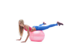 Imagen del ejercicio rubio deportivo en bola de la aptitud Imagen de archivo libre de regalías