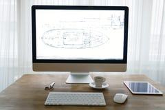 Imagen del escritorio de oficina con la tableta y otros accesorios Imagen de archivo