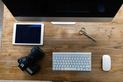Imagen del escritorio de oficina con la tableta y otros accesorios Imagen de archivo libre de regalías