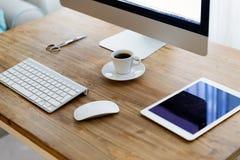Imagen del escritorio de oficina con la tableta y otros accesorios Fotografía de archivo