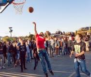 Imagen del estilo de Instagram con los hombres que juegan al baloncesto al aire libre Fotografía de archivo libre de regalías