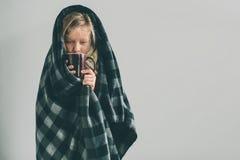 Imagen del estudio de una chica joven con el pañuelo El niño enfermo aislado tiene mocos el girlie hace una curación para Fotografía de archivo libre de regalías