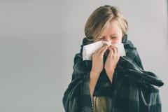 Imagen del estudio de una chica joven con el pañuelo El niño enfermo aislado tiene mocos el girlie hace una curación para Fotos de archivo libres de regalías