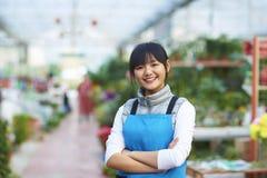 Imagen del florista de sexo femenino joven en tienda Imagen de archivo libre de regalías